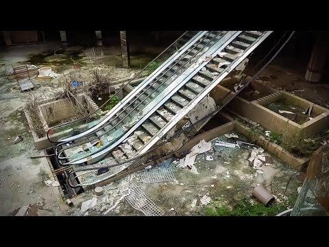 ダン・ベル: 廃墟と化したアメリカのショッピングモールの中で