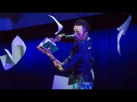 アカシュ・オデドラ: 渦巻く紙と風と光の中のダンス