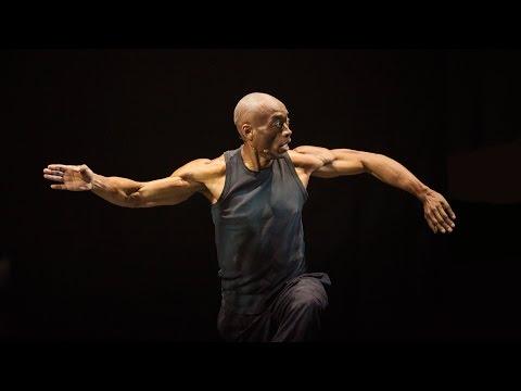 ビル・T・ジョーンズ: ダンサー、シンガー、チェリストによる、目を見張るような創造の瞬間
